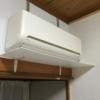 すみません。昨夏おすすめした「エアコンの風よけ」は耐久性に難ありでした。今は自作の風よけ棚を使っています。