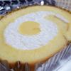セブンイレブン「こだわり卵のふんわりロールケーキ」好相性のクリームと、フォークで押してゆっくり戻るふわふわ感( ̄▽ ̄)