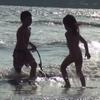 波打ち際、全裸で遊ぶ女の子