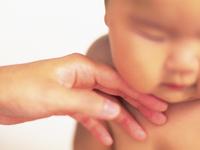 赤ちゃんの顔に赤いぽつぽつが!アレルギーを疑い皮膚科に行ってみると…