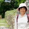 背景はベリーズのマヤ古代遺跡