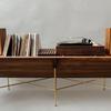 ミッドセンチュリー家具を彷彿させるアナログレコードラック「OPEN 45 CREDENZA」