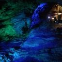ごみと青い岩