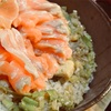 サーモン缶の炊き込みご飯のとろサーモン添え、ねぎソースかけ