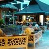【カニ・カピラ・グリル】プールサイドでハワイアン音楽を生で聴きながらのビール&ディナー♪