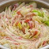 白菜と豚、生姜を鍋で食べましょう。