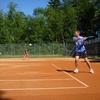 テニスをしている人におすすめ。サーブやスマッシュ時でも安定のフォームをサポート。長時間のプレイやトレーニングに適度な加圧で筋肉の疲労を軽減・回復するスポーツインナーFIXFIT。