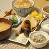 焼き魚と玄米で朝ごはん