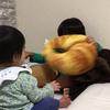 壁を破壊する兄妹 - 年子育児日記(2歳5ヶ月,0歳11ヶ月)
