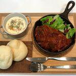 【献立・一汁一菜】白いパン+ポークチャップ+クラムチャウダー