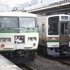 国鉄型車両が並ぶ熱海駅の行先表示板に「ありがとう」の文字