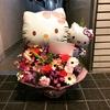キティちゃんのバルーン入りのアレンジメントを茨木市のお店さんへお届けさせて頂きました。