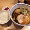 七尾市藤橋町「誠や七尾店」で定番のしょうゆラーメンをライスと共に
