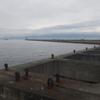 大阪南港 沖堤防で釣りをする