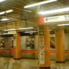 丸ノ内線の車内から赤坂見附駅ホームを写す