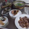 幸運な病のレシピ( 1974 )朝:生ニシン、鮭、豚のタン、アサリの味噌汁、マユのご飯