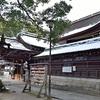 雪の藤森神社と猫。