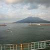 雄大な桜島のふもとをドライブ