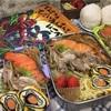 豚肉と焼き鮭どんっ弁当と『でんせつのきょだいあんまんをはこべ』