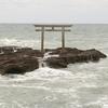 海上の岩に建つ鳥居のある大洗磯前神社