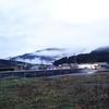 山里は太陽光に草茫々