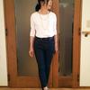ドゥクラッセTシャツ|ブランド品と組み合わせてエレガントに着る白Tシャツとデニムパンツ
