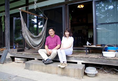 長野県飯綱町で実家の古民家に価値を見出し、移住者を受け入れながら二拠点生活をする高野夫婦が繋ぐ物語【いろんな街で捕まえて食べる】