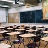 学校が絶対であるという価値観が人々を苦しめている。