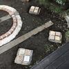 汚庭改造 10.レンガと石で飛び石にしました