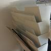 新聞ラックで郵便物や書類をスッキリ整頓