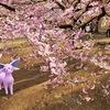 河津桜の美しさにふと足を止めるエーフィ【ポケモンGOAR写真】