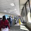 ハワイアン航空の到着ゲートからイミグレまでの長い廊下