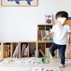 散らかった絵本。お片付けを嫌がる子供が動きだす、色探しゲーム