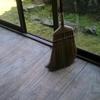 米ぬか袋で縁側の古い床磨き