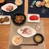 しらすの炊き込みご飯、ブリのお刺身、軟骨あげ、トマト、えのきのステーキ、大根の味噌汁