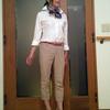 ペーズリー柄の紺スカーフで首元に上品さをプラス