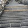 階段を早足で降りるクセ