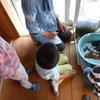 3歳児のカメの世話