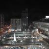 真冬の夜に駅前で降り始めた雪を写す