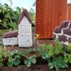 紙粘土で茶色屋根の家を作りました。⋯(2)庭に置いて撮影しました。