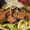 うちのレシピ:「豚のばら肉のダージリンセカンドフラッシュ煮の照り焼き。甘藍の塩昆布と胡麻油和え、白葱添え。」