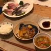 ごはん、肉じゃが、刺身、ブロッコリーと乾物の味噌汁
