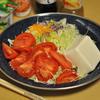 豆腐とトマトのサラダ、牛もつ煮込み