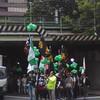 台湾人・日本人のデモと行き交う