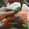 アルビレックス新潟のスタジアムグルメ「笹だんゴール」笹をむいたらオレンジ色のお餅でした( ̄▽ ̄)