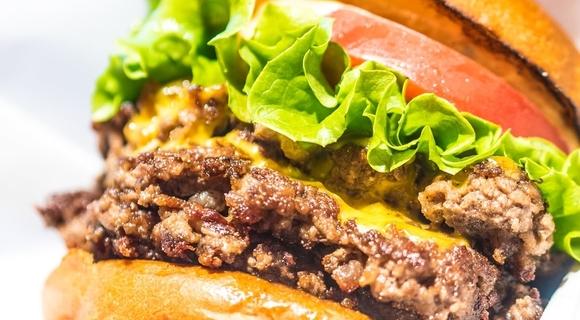 焼肉名店が手がける「黒毛和牛100%のゴリゴリ超粗挽きハンバーガー」がうまかった【別視点ガイド】