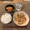 ごはん、麻婆豆腐みたいなの、野菜とカニカマの千切りサラダ