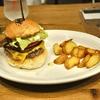 芝公園の「Munch's burger shack(マンチズバーガーシャック)」で自家製ベーコンチーズバーガー。