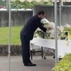 官房長官「心のケア重要」 相模原現場で献花