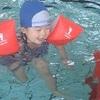我が子とプールを楽しんで